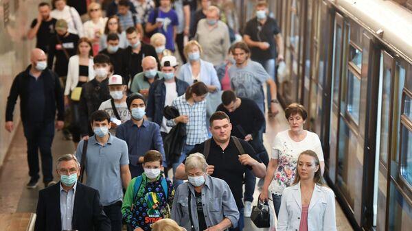 Пассажиры на станции Московского метрополитена