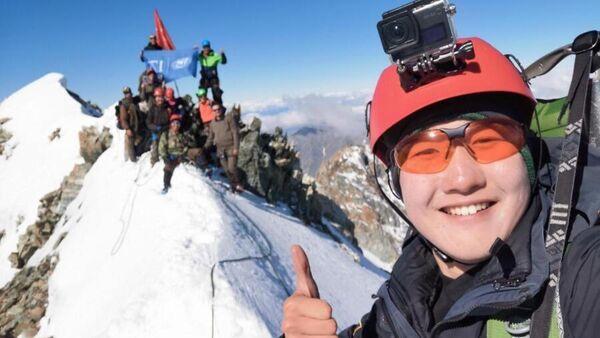 Студент СВФУ Айаан Местников поднял Знамя Победы на самой высокой точке Якутии
