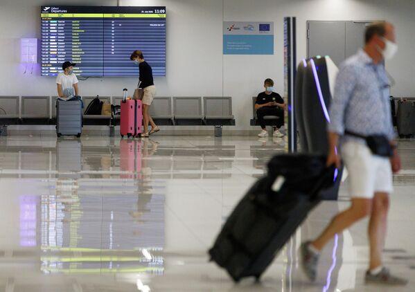 Люди в аэропорту Дубровника, Хорватия