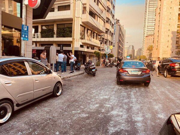 Осколки выбитых витрин и окон зданий в Бейруте после взрыва в районе порта