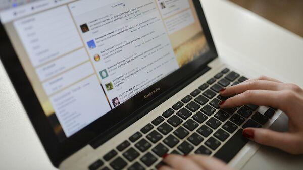 Страница сайта Twitter в окне браузера компьютера