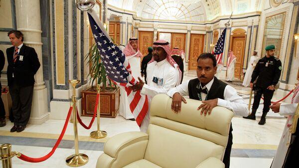 Подготовка помещения ко встрече Дональда Трампа в Эр-Рияде, 2017 год