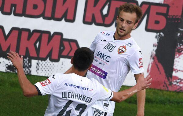 Игроки ПФК ЦСКА Георгий Щенников (на первом плане) и Константин Кучаев радуются забитому голу