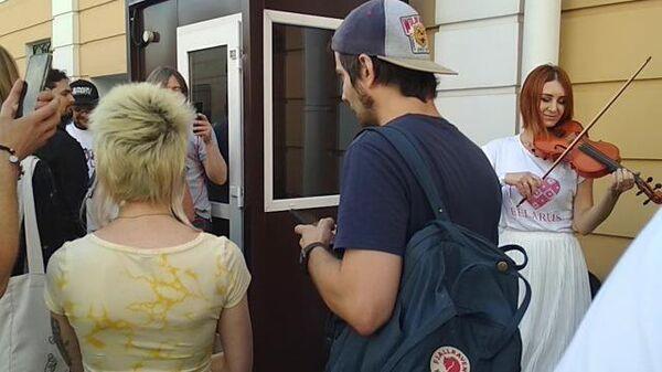Очередь в посольство Белоруссии в Москве на голосование на выборах президента