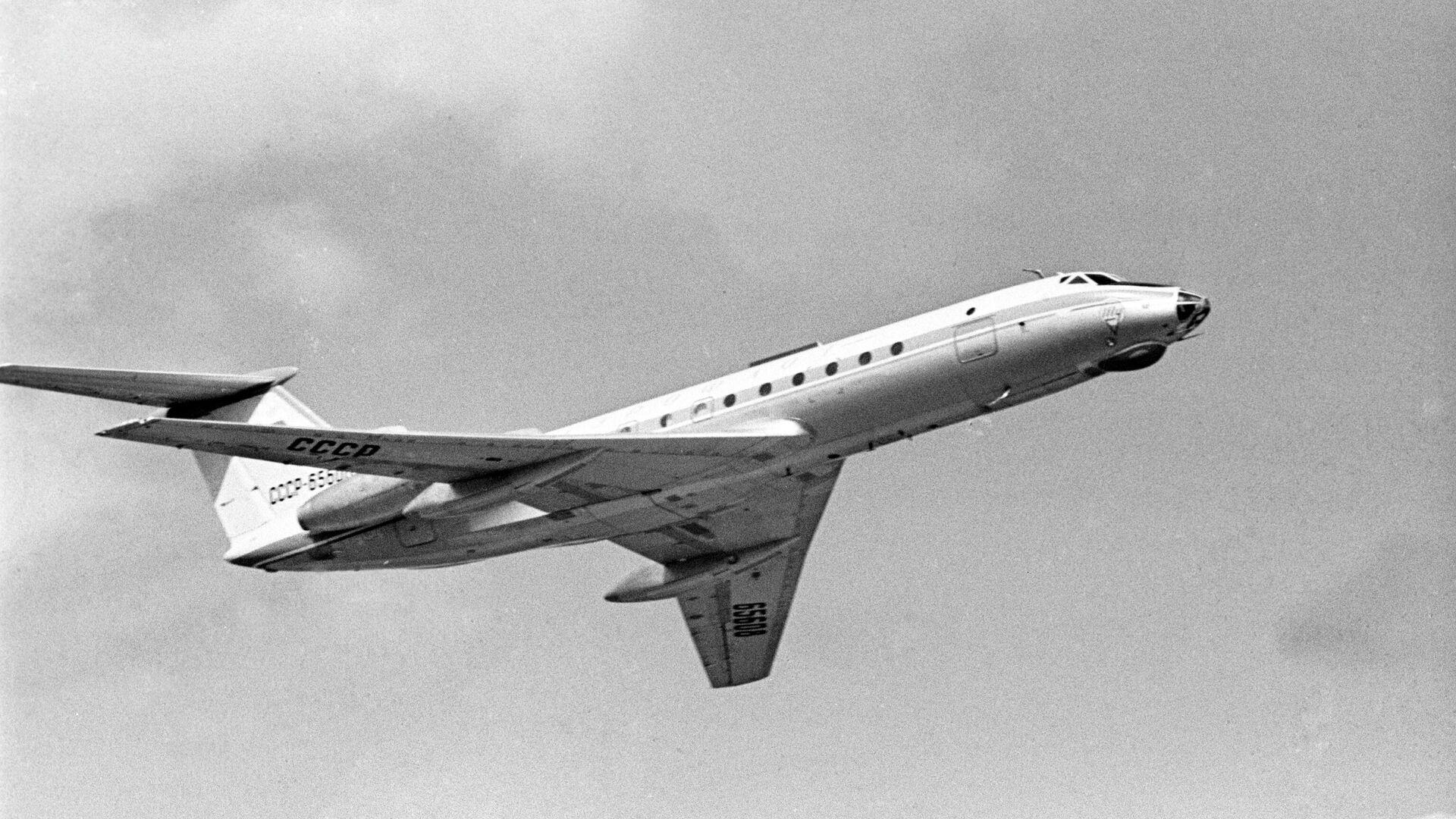 Самолет Ту-134 в полете. - РИА Новости, 1920, 11.08.2020