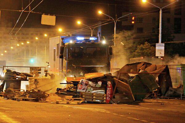 Полицейские машины таранят заграждения во время митинга после президентских выборов в Минске, Беларусь. 11 августа 2020