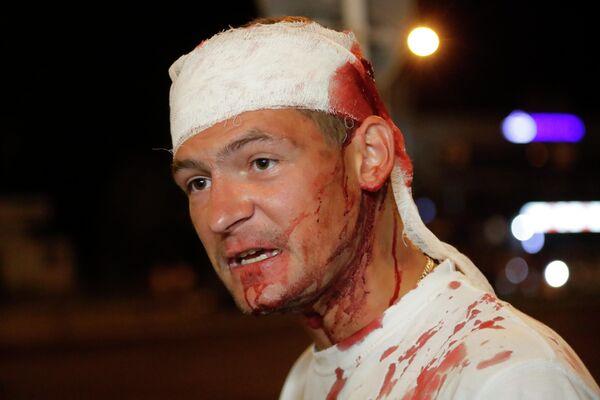 Раненный мужчина после  столкновений с полицией на протесте в Минске, Беларусь. 10 августа 2020
