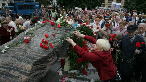 Люди в День памяти жертв политических репрессий у Соловецкого камня в Москве