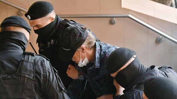 Актера Михаила Ефремова проводят к зданию Пресненского суда города Москвы, где пройдет заседание по делу о ДТП со смертельным исходом