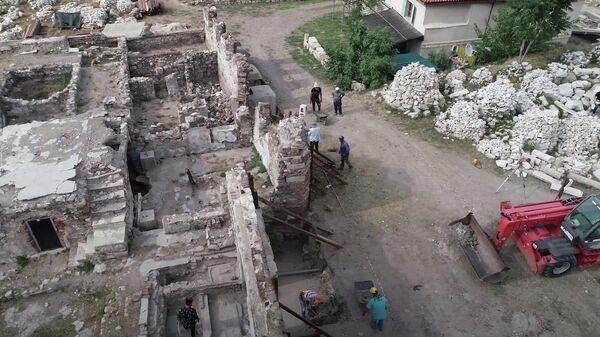 Археологические раскопки на месте древнего города Смирна в турецком Измире