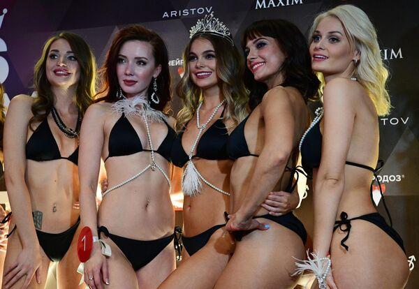 Победительница конкурса красоты и сексуальности Miss MAXIM - 2020 Октябрина Максимова (Великий Новгород) (третья слева) и участницы финала