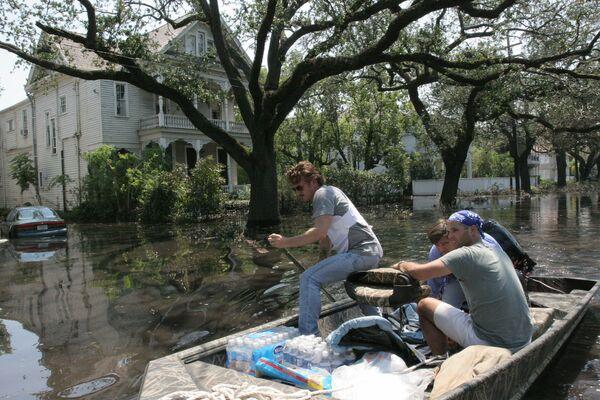 Актер Шон Пенн помогает пострадавшим от урагана Катрина в Новом Орлеане