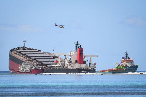 Судно, севшее на мель и вызвавшее утечку нефти на юго-востоке Маврикия