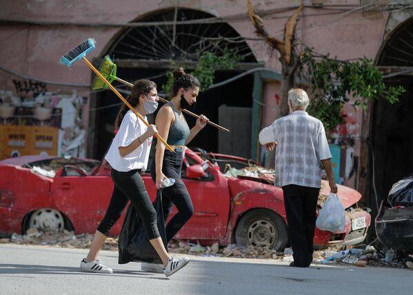 Ливанские волонтеры в разрушенном районе Геммайзе после мощного взрыва в порту Бейрута