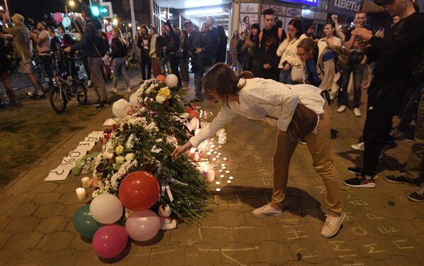 Минчане несут цветы к месту гибели участника акции протеста в Минске 10 августа
