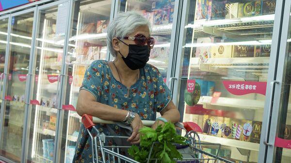 Покупательница в одном из супермаркетов в Пекине, Китай