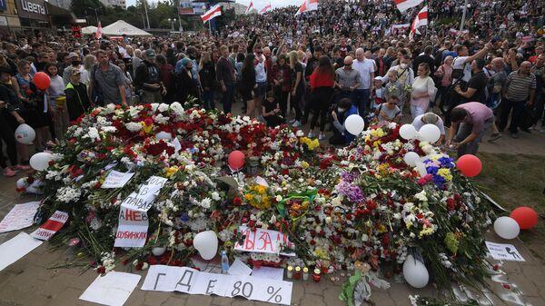 Люди возлагают цветы на месте гибели одного из участников акций протеста Александра Тарайковского у метро Пушкинская в Минске