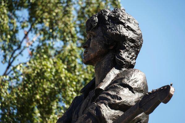 Памятник лидеру группы Кино Виктору Цою скульптора Матвея Макушкина в Санкт-Петербурге