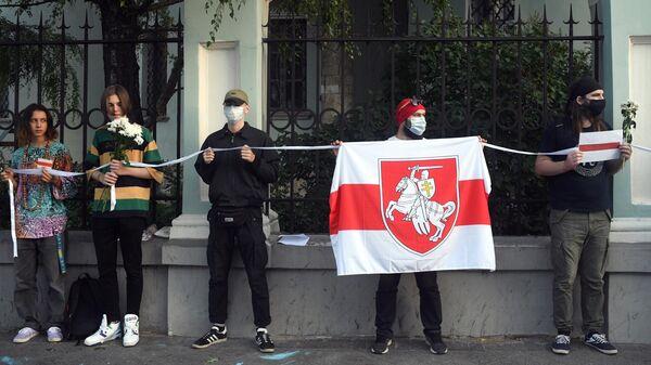 Участники акции в поддержку жителей Белоруссии у посольства республики в Москве