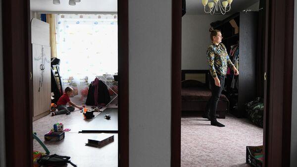 Местная жительница Ксения Филиппова в новой квартире в микрорайоне Угольщиков в городе Тулун Иркутской области