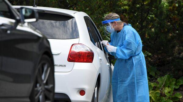 Медицинский работник проводит тестирование на коронавирус в Финляндии