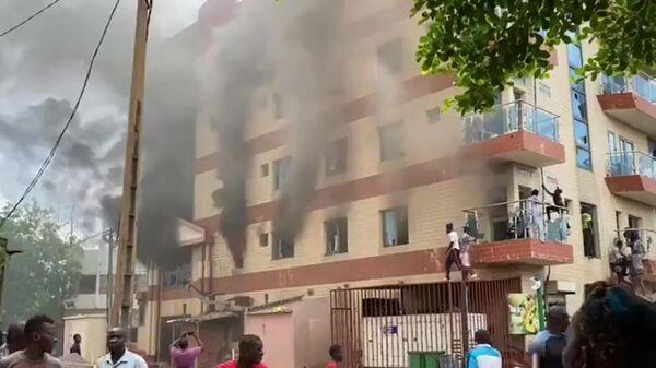 Пожар в здании во время митинга в поддержку военного мятежа в столице Мали Бамако