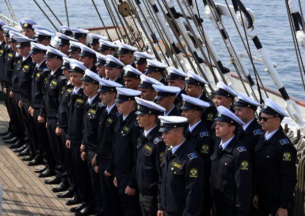 Курсанты на палубе барка Седов перед отправлением в экспедицию по Северному морскому пути из Владивостока в Калининград