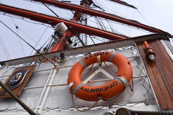 Спасательный круг на борту парусника Седов. Барк Седов под парусами отправится в экспедицию по Северному морскому пути из Владивостока в Калининград