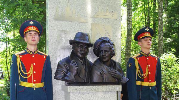 Памятник легендарным разведчикам Исхаку и Елене Ахмеровым, открытый на Химкинском кладбище в Москве