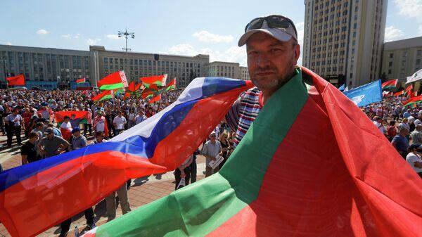 Мужчина на митинге, организованном в его поддержку Александра Лукашенко на площади Независимости в Минске