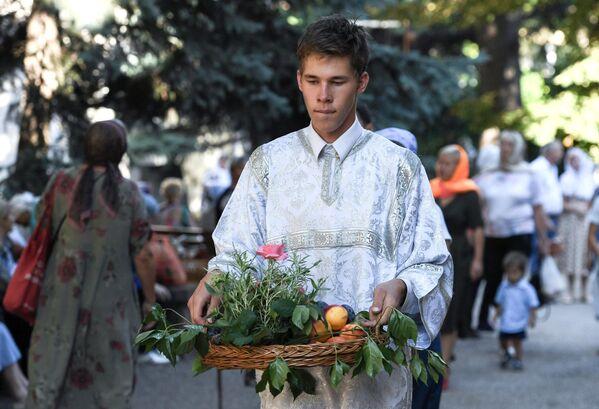 Верующие перед началом праздничного богослужения в честь Преображения Господня у храма Трёх Святителей в Симферополе