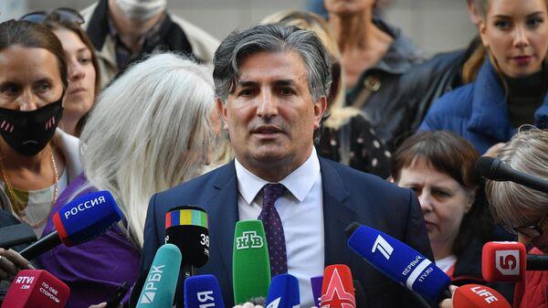 Адвокат актера Михаила Ефремова Эльман Пашаев отвечает на вопросы журналистов у здания Пресненского суда города Москвы