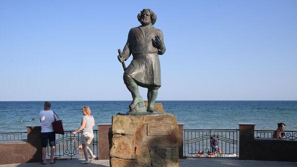 Памятник поэту Максимилиану Волошину на набережной в Коктебеле