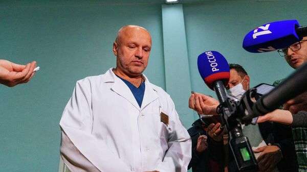 Заместитель главного врача больницы скорой медицинской помощи No1 в Омске Анатолий Калиниченко во время общения с журналистами