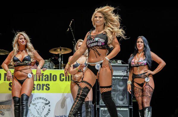 Участницы конкурса красоты Miss Buffalo Chip в Южной Дакоте, США
