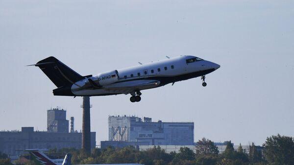 Частный самолет, перевозящий Алексея Навального, в аэропорту Омске