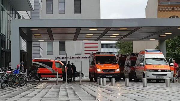 Автомобили скорой помощи у клиники Шарите в Берлине, куда доставлен Алексей Навальный
