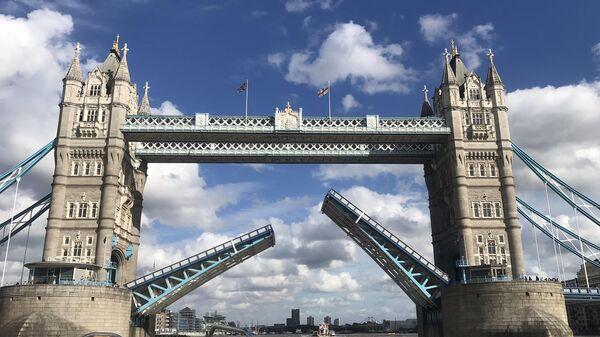 Тауэрский мост в Лондоне застрял в поднятом положении в связи с механической неисправностью