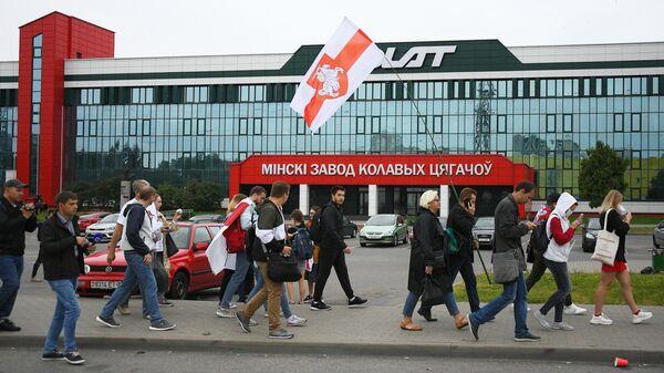 Участники акции протеста у Минского завода колёсных тягачей. 23 августа 2020