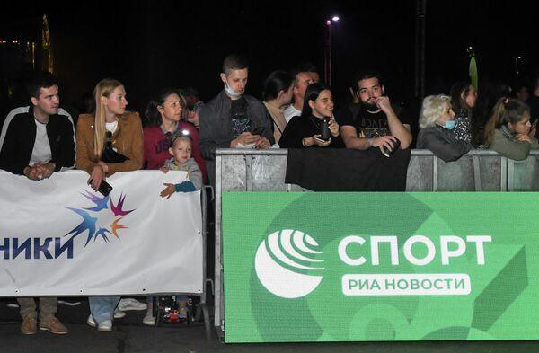 Зрители во время Ночного забега 2020 в Москве