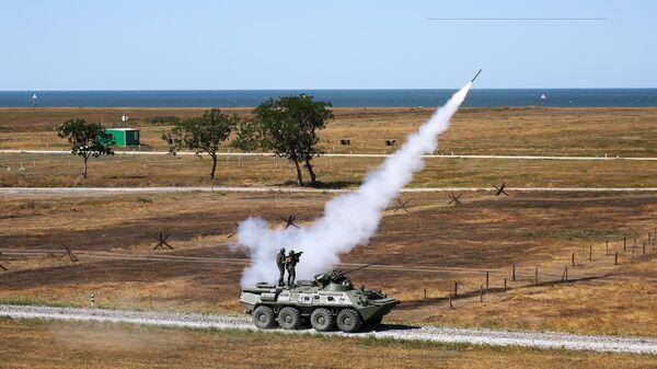 Запуск переносных зенитных ракетных комплексов (ПЗРК) Игла с бронетранспортера БТР-82А