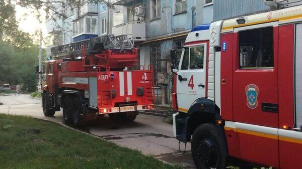 Сотрудники МЧС на месте пожара в многоквартирном жилом доме по адресу улица Аэродромная 58 в Самаре