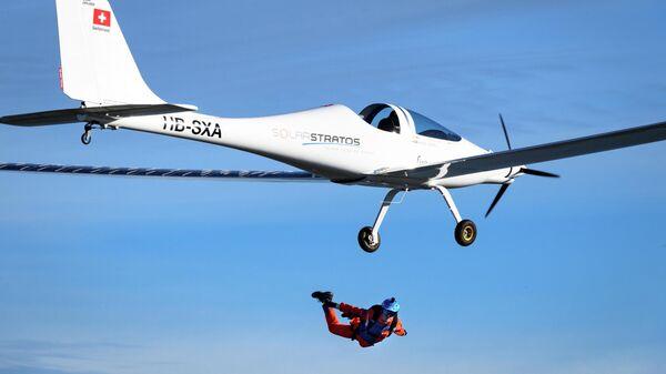 Швейцарский пилот и экоисследователь Рафаэль Домжан (Raphaël Domjan) совершил первый в мире прыжок c самолета на солнечных батареях SolarStratos