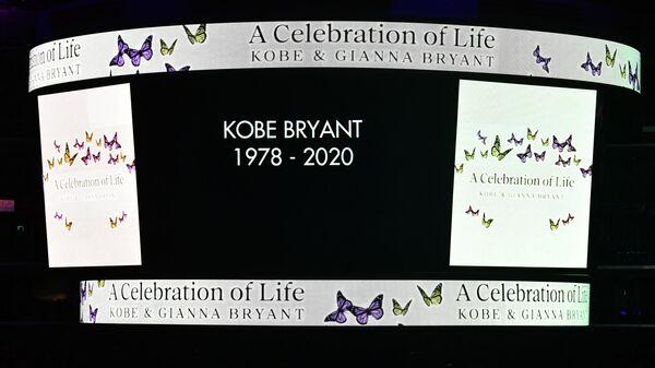 Экран с надписью в честь Коби и Джанны Брайант
