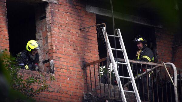 Сотрудники пожарной охраны в жилом доме No4 по улице Кубинка в Москве, где произошел взрыв