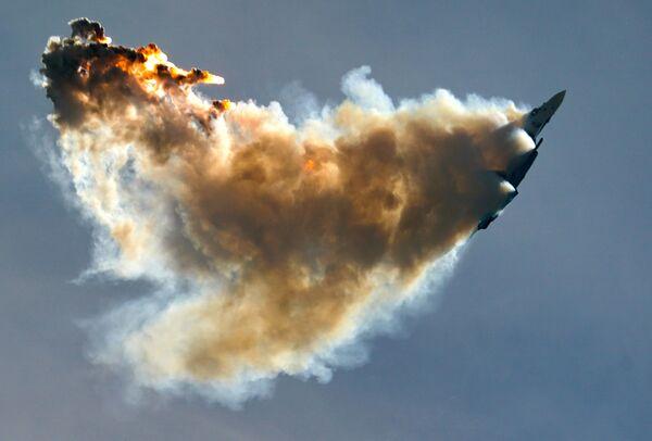Истребитель Су-35 пилотажной группы Русские витязи выполняет демонстрационный полет в рамках Международного форума Армия-2020 на аэродроме Кубинка в Подмосковье