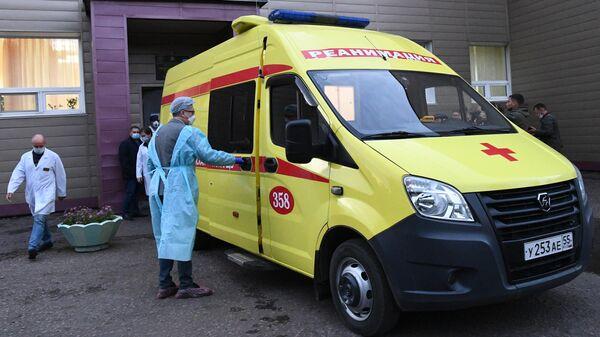 Автомобиль скорой помощи с Алексеем Навальным возле отделения острых отравлений БСМП No1 в Омске