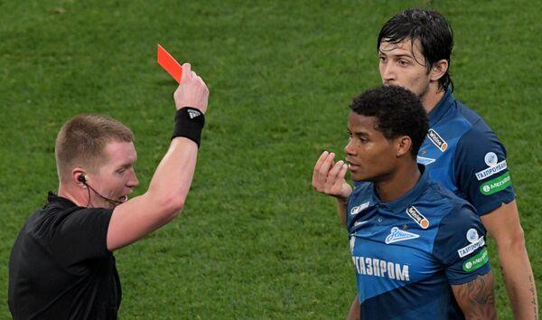 Главный судья Станислав Васильев показывает красную карточку игроку Зенита Вильмару Барриосу