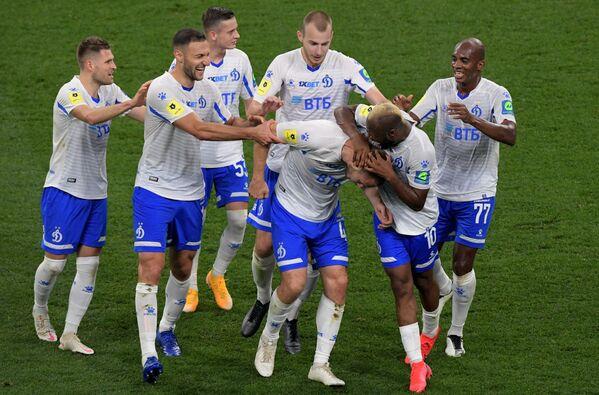 Игроки Динамо радуются забитому голу