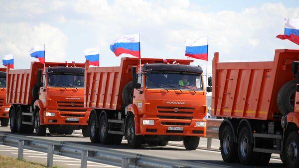 Колонна грузовых автомобилей КАМАЗ во время церемонии запуска движения по трассе Таврида в Крыму